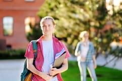 Estudante novo bem sucedido esperto no campus universitário fotografia de stock royalty free