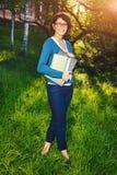 Estudante novo com caderno Em linha estudando fora o conceito Imagens de Stock Royalty Free