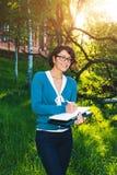 Estudante novo com caderno Em linha estudando fora o conceito Fotografia de Stock
