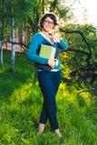 Estudante novo com caderno Em linha estudando fora o conceito Imagem de Stock Royalty Free