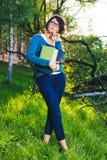 Estudante novo com caderno Em linha estudando fora o conceito Fotos de Stock Royalty Free