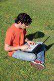 Estudante novo com computador portátil fotos de stock