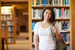 Estudante novo de sorriso que está acima foto de stock