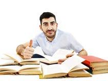 Estudante novo de sorriso que prepara-se para o exame fotos de stock