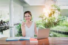 Estudante novo Girl Homework com laptop imagens de stock