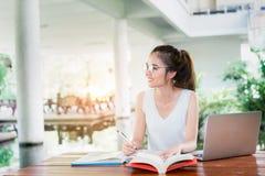 Estudante novo Girl Homework com laptop imagem de stock