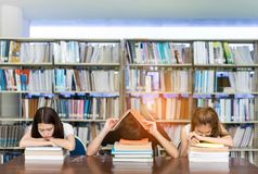 Estudante novo Group seriamente com seu exame fotos de stock royalty free