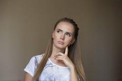 Estudante novo pensativo, olhando acima Fotos de Stock Royalty Free
