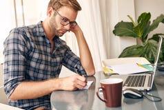 Estudante novo que faz sua lista de afazeres para o dia Fotografia de Stock Royalty Free