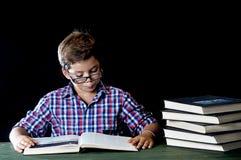 Estudante novo que lê um livro fotografia de stock