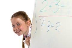 A estudante olha de uma placa Imagens de Stock