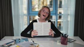 A estudante olha para fora atrás do livro e demonstra emoções Tristeza, surpresa, alegria Ele ` s que engana ao redor vídeos de arquivo