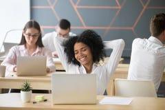 Estudante ou empregado feliz que apreciam a ruptura no local de trabalho que sente com referência a foto de stock
