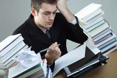 Estudante ou escrita do homem de negócios algo no papel em branco sh imagem de stock