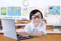 Estudante pequeno Smiling na câmera Imagem de Stock