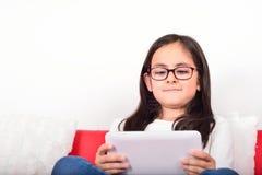 Estudante que aprende com um PC da tabuleta em casa Imagens de Stock Royalty Free