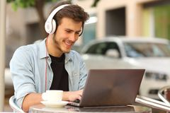 Estudante que aprende com um portátil em uma barra