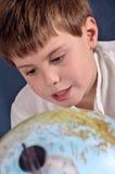 Estudante que aprende a geografia Imagens de Stock