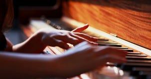 Estudante que aprende o piano na classe de música 4k video estoque