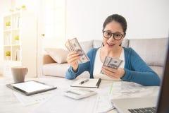 Estudante que conta seu dinheiro da bolsa de estudos imagem de stock royalty free