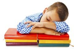 Estudante que dorme em livros de escola foto de stock royalty free