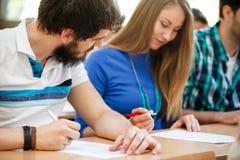 Estudante que engana-se em exames Fotos de Stock