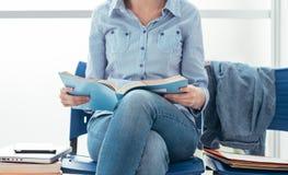 Estudante que espera o exame foto de stock