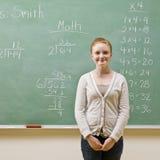 Estudante que está o quadro-negro próximo Imagem de Stock