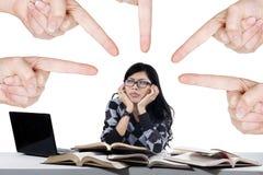 Estudante que está sendo tiranizada pelas mãos Fotos de Stock