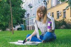 Estudante que estuda no parque Foto de Stock