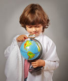 Estudante que estuda o globo Foto de Stock Royalty Free