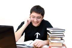 Estudante que fala pelo telefone de pilha Fotografia de Stock Royalty Free