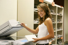 Estudante que faz fotocópias imagem de stock