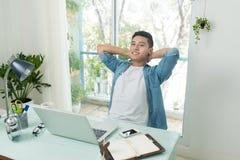 Estudante que faz trabalhos de casa e que prepara o exame em casa fotografia de stock royalty free