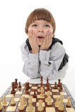 Estudante que joga a xadrez fotos de stock royalty free