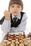 Estudante que joga a xadrez imagens de stock