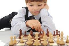 Estudante que joga a xadrez fotografia de stock royalty free