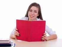 Estudante que lê um livro Foto de Stock Royalty Free