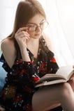 Estudante que lê um livro Imagem de Stock