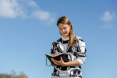 Estudante que mantém um livro disponivel Fotografia de Stock