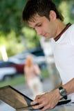 Estudante que olha o portátil Imagem de Stock Royalty Free