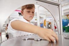 Estudante que participa em um teste da ciência em um centro da ciência imagens de stock