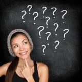 Estudante que pensa com pontos de interrogação no quadro-negro Fotografia de Stock