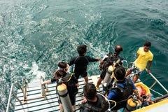 Estudante que prepara o salto ao mar para o teste do mergulho aut?nomo na ilha de Samaesarn, Sattahip Chonburi, Tail?ndia fotografia de stock