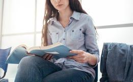 Estudante que revê antes de um exame imagem de stock royalty free
