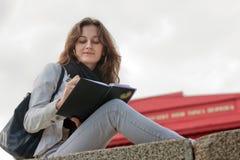 Estudante que senta-se perto da universidade Shevchenko Fotos de Stock Royalty Free