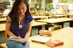 Estudante que toma notas fotos de stock