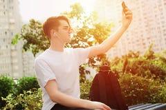 Estudante que toma o selfie no parque Luz solar, estilo da rua imagem de stock royalty free