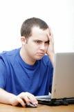 Estudante que trabalha em seu portátil Foto de Stock Royalty Free
