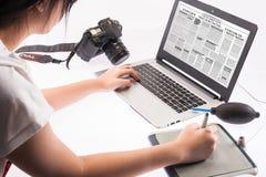Estudante que trabalha em um laptop Imagens de Stock